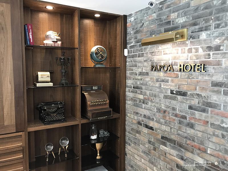 帕鉑舍旅櫃檯旁擺設照片